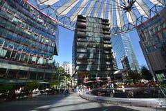Impressioni da Sony Center al quadrato di Potsdam, Potsdamer Platz a Berlino dal 1° giugno 2017, la Germania fotografia stock libera da diritti