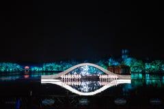 Impressioni sugli ologrammi ad ovest del lago - Intorno-porcellana - notte con i laser e le luci principali Fotografia Stock Libera da Diritti