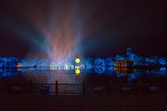 Impressioni sul lago ad ovest - Intorno-porcellana - notte con i laser e le luci principali Fotografia Stock Libera da Diritti