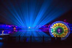 Impressioni sul lago ad ovest Lotus Flower Fan - Intorno-porcellana - notte con i laser e le luci principali Immagine Stock Libera da Diritti