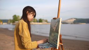 Impressionistmålaren är på en med naturen arkivfilmer