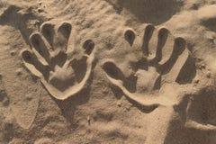 Impressions de main dans le sable image libre de droits