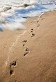 Impressions de pied dans le sable Images libres de droits