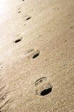 Impressions de pied dans le sable Photo libre de droits