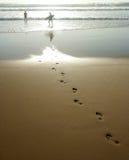 Impressions de pied dans le sable Photos stock