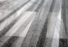 Impressions de pneu sur l'asphalte Photographie stock