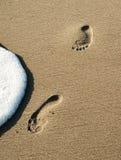 Impressions simples de pied dans le sable Photo stock