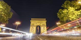 Impressive Arc de Triomphe και αυτοκίνητο ανάβει τη νύχτα Στοκ φωτογραφία με δικαίωμα ελεύθερης χρήσης