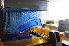 Impressora 3D de trabalho M?quina imprimindo tridimensional eletr?nica no processo fotografia de stock royalty free