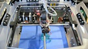 a impressora 3D faz um esboço de uma figura, uma vista superior video estoque