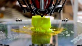 a impressora 3D imprime duas figuras video estoque