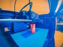a impressora 3D imprime o formulário do close-up vermelho plástico derretido foto de stock