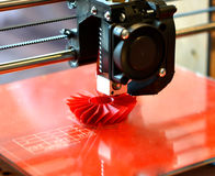 a impressora 3D imprime o formulário vermelho Fotos de Stock