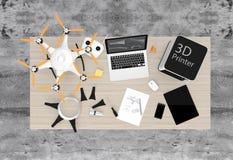 impressora 3D, portátil, PC da tabuleta e zangão em uma tabela Foto de Stock