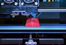 a impressora 3d que imprime o vermelho dá forma ao close-up Imagens de Stock Royalty Free