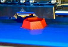 a impressora 3d que imprime o vermelho dá forma ao close-up Foto de Stock