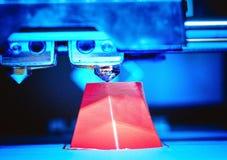 a impressora 3d que imprime o vermelho dá forma ao close-up Fotografia de Stock Royalty Free