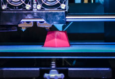 a impressora 3d que imprime o vermelho dá forma ao close-up Imagem de Stock Royalty Free