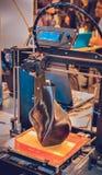impressora 3D que imprime um modelo sob a forma do close-up preto do vaso imagens de stock