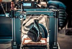 impressora 3D que imprime um modelo sob a forma do close-up preto do vaso fotos de stock royalty free