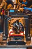 impressora 3D que imprime um modelo sob a forma do close-up preto do vaso imagem de stock