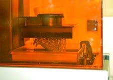 A impressora da estereolitografia DPL 3d cria o detalhe pequeno e gotejamentos líquidos Fotos de Stock