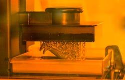 A impressora da estereolitografia DPL 3d cria o detalhe pequeno e gotejamentos líquidos Fotografia de Stock Royalty Free