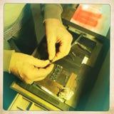 A impressora da tipografia ajusta o tipo para o cartão foto de stock royalty free