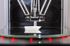 Impressora de 3 D na impressão de processo um objeto imagens de stock royalty free