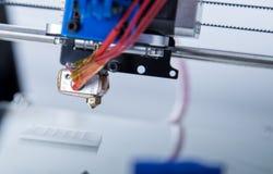 Impressora plástica tridimensional eletrônica durante o trabalho, impressora 3D Fotos de Stock