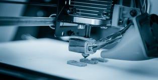 Impressora plástica tridimensional eletrônica durante o trabalho, 3D impressora, impressão 3D Foto de Stock Royalty Free