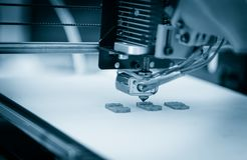 Impressora plástica tridimensional eletrônica durante o trabalho, 3D impressora, impressão 3D Imagem de Stock Royalty Free