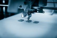 Impressora plástica tridimensional eletrônica durante o trabalho, 3D impressora, impressão 3D Fotografia de Stock