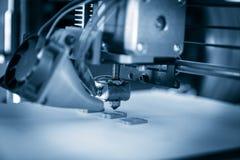 Impressora plástica tridimensional eletrônica durante o trabalho, 3D, imprimindo Fotografia de Stock