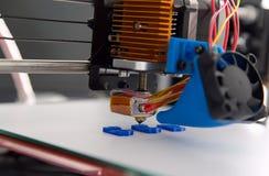 Impressora plástica tridimensional eletrônica durante o trabalho, 3D, imprimindo Fotografia de Stock Royalty Free