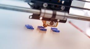 Impressora plástica tridimensional eletrônica durante o trabalho, 3D, imprimindo Fotos de Stock Royalty Free