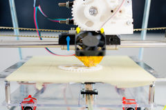 Impressora plástica tridimensional eletrônica durante o trabalho no scho imagens de stock