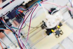 Impressora plástica tridimensional eletrônica durante o trabalho no scho imagem de stock royalty free