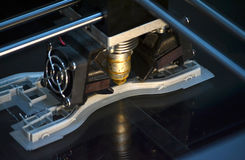 Impressora que imprime objetos cinzentos na opinião superior do close-up de superfície reflexivo do espelho Imagens de Stock Royalty Free