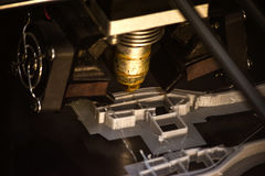 Impressora que imprime objetos cinzentos na opinião superior do close-up de superfície reflexivo do espelho Foto de Stock Royalty Free