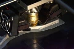 Impressora que imprime objetos cinzentos na opinião superior do close-up de superfície reflexivo do espelho Foto de Stock