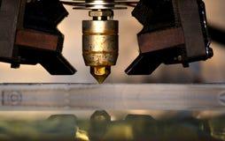 Impressora que imprime objetos cinzentos no close-up de superfície reflexivo do espelho Fotos de Stock Royalty Free