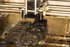 Impressora que imprime objetos cinzentos no close-up de superfície reflexivo do espelho Fotos de Stock