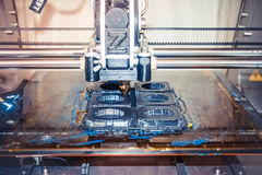 Impressora que imprime objetos cinzentos no close-up de superfície reflexivo do espelho Fotografia de Stock