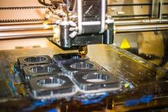 Impressora que imprime objetos cinzentos no close-up de superfície reflexivo do espelho Fotografia de Stock Royalty Free