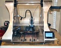 Impressora que imprime objetos cinzentos no close-up de superfície reflexivo do espelho Foto de Stock Royalty Free