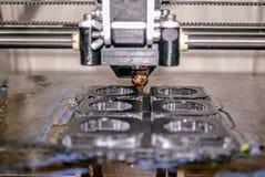 Impressora que imprime objetos cinzentos no close-up de superfície reflexivo do espelho Imagem de Stock