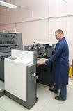 Impressora que trabalha em sua máquina do offset fotografia de stock