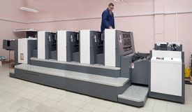 Impressora que trabalha na máquina deslocada quatro-seção fotografia de stock