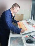 Impressora que trabalha na máquina do offset imagens de stock